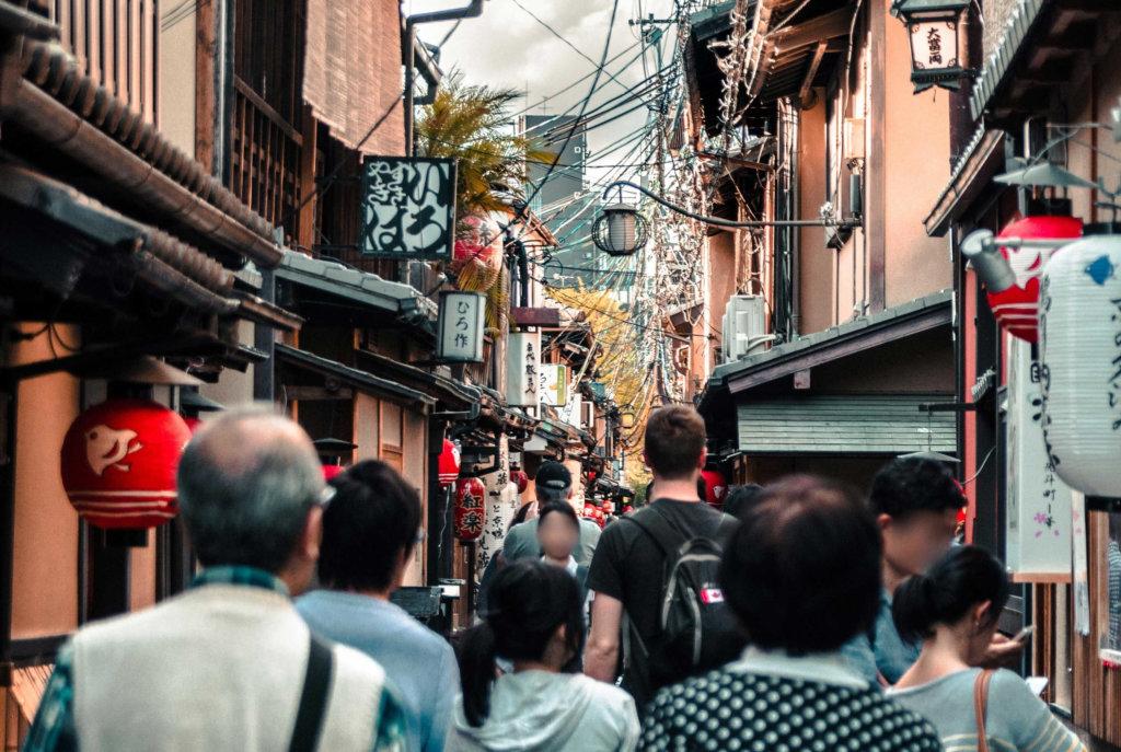 街を歩く人々