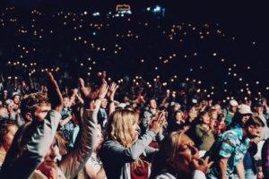 拍手する観客