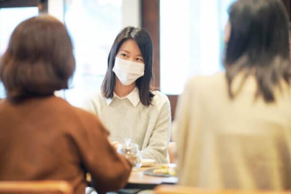 マスクをして会話をする女性